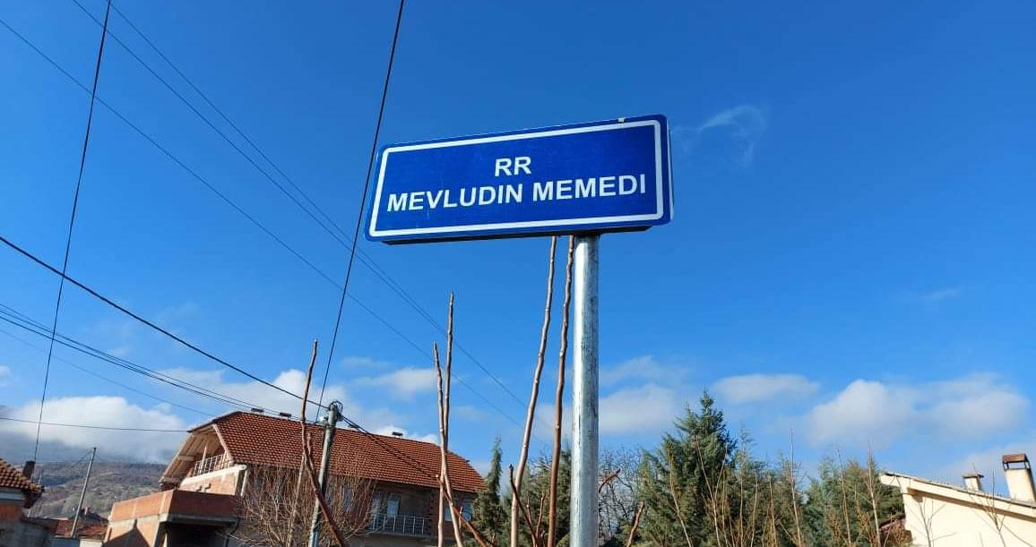 Shpalosen pllakatat e rrugëve në f.Mateç në emër të dy dëshmoreve të kombit (Foto)